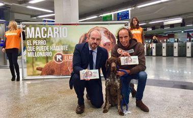 Macario, el perro rescatado por El refugio que predice el Gordo de Navidad, acompañado por Pedro Rollán, consejero de transportes y por Nacho Paunero, presidente de El Refugio