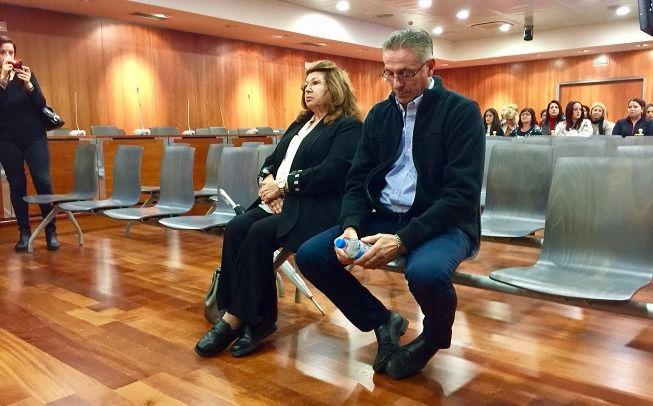 La presunta exterminadora de Parque Animal, Carmen Marín, y su colaborador Felipe Barcos sentados en el banquillo de acusados a punto de ser jusgados.