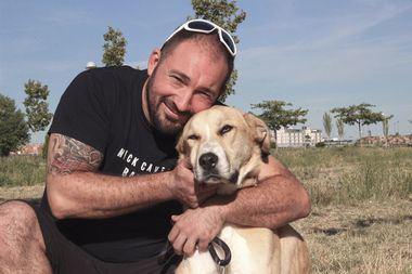 'Aston' con Sergio su feliz adoptante.