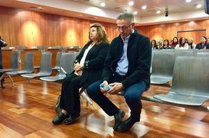 Felipe Barco y Carmen Marin sentados en el banquillo de acusados a punto de ser juzgados.