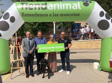 """Momento de la donación de 500 raciones a la asociación protectora de animales """"El Bosque""""."""