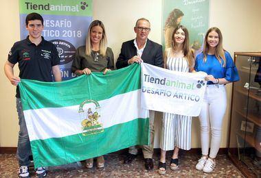 Patricia Alba y Manuel Calvo (centro) junto a tres de los adolescentes que participaron en 'Desafío Ártico 2018', durante la recepción.
