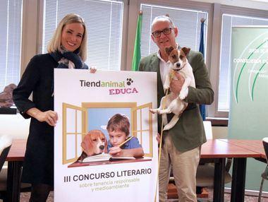 Patricia Alba, delegada territorial de Educación de Málaga, junto con Manuel Calvo, director de Eventos y Relaciones Institucionales de Tiendanimal y presidente de MaratónDog.