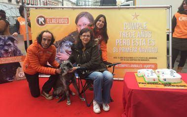 Endor, la perrita adoptada 13 años despues de ser rescatada con su adoptante y miembros de El Refugio.