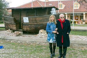 La actriz y cantante Alejandra Botto , Presidenta de la Fundación El Arca de Noé, ha acompañado al Padre Ángel durante la bendición.