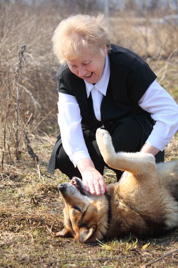Anima a los vecinos a ayudar en los cuidados de las mascotas de los mayores.
