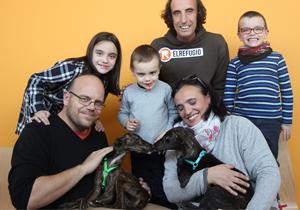 Blinder y Pisper, los galguitos rescatados por El Refugio, nos felicitan la Navidad desde su nuevo hogar